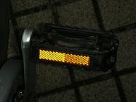 """Rückstrahler an Fahrradpedal"" von Hutschi - Eigenes Werk. Lizenziert unter CC BY-SA 3.0 über Wikimedia Commons - https://commons.wikimedia.org/wiki/File:R%C3%BCckstrahler_an_Fahrradpedal.jpg#/media/File:R%C3%BCckstrahler_an_Fahrradpedal.jpg"