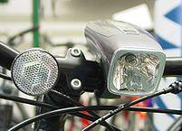 """""""Batteriebel-fahrrad-vorn"""" von Marcela - vom Autor fotografiert. Lizenziert unter CC BY-SA 3.0 über Wikipedia - https://de.wikipedia.org/wiki/Datei:Batteriebel-fahrrad-vorn.jpg#/media/File:Batteriebel-fahrrad-vorn.jpg"""